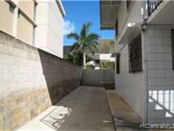 16 Kauila St Honolulu HI Multi-family home. Photo 3 of 7